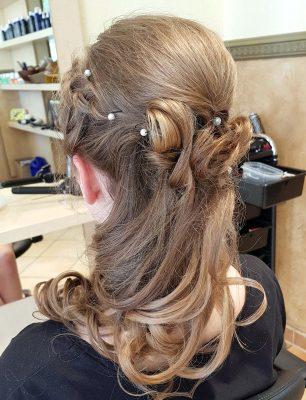 legere Hochzeitsfrisur mit kleinen Perlen