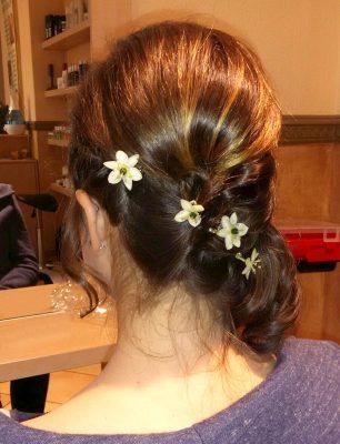 sommerliche Flechtfrisur mit echten Blüten