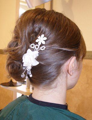 klassische Hochzeits-Hochsteckfrisur mit Haarschmuck